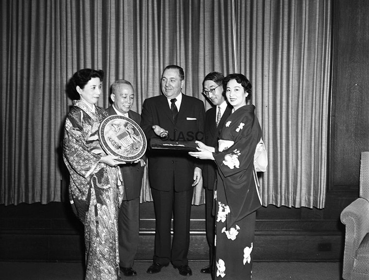 Former Chicago Mayor Richard Daley receives a gift of pearls in a presentation by the Japanese American Service Committee (JASC)